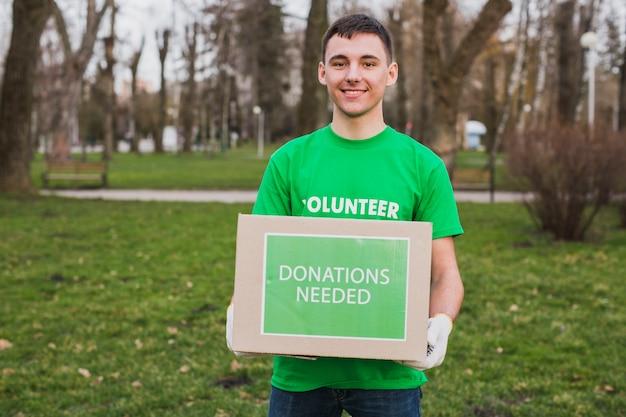 Koncepcja środowiska i wolontariatu z osobami posiadającymi skrzynki na darowizny