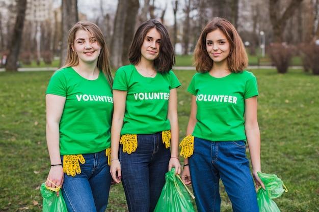 Koncepcja środowiska i wolontariuszy z trzema kobietami