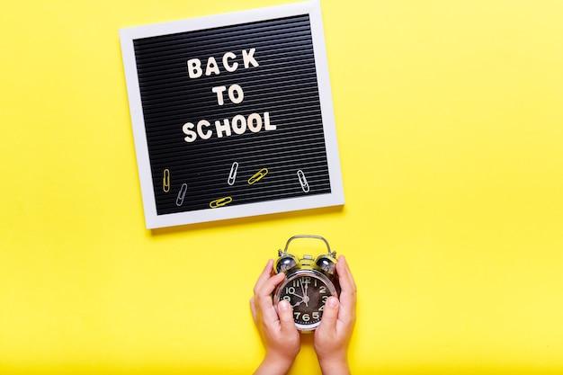 Koncepcja stacjonarna, płaski widok z góry lay zdjęcie przedmiotów szkolnych, ołówki, spinacze do papieru, zszywacz na żółtym tle z miejsca na kopię.