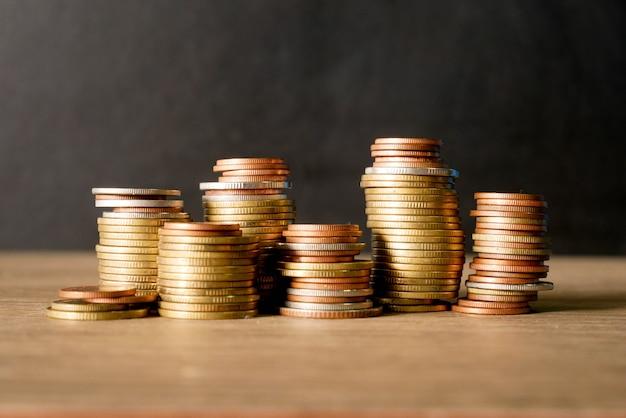 Koncepcja stosu monet pozwala zaoszczędzić pieniądze. monety na czarnym tle