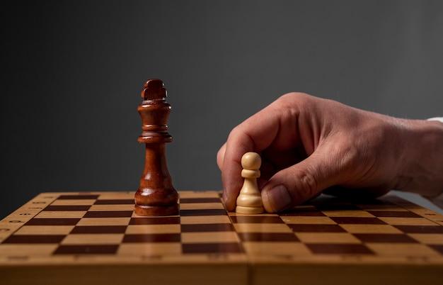 Koncepcja strategii biznesowej. pionek robi ostatni ostatni krok, aby wykonać mata w szachach.