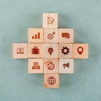 Koncepcja strategii biznesowej z drewnianymi klockami z ikonami.