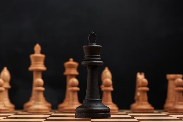 Koncepcja strategii biznesowej z figurami szachowymi