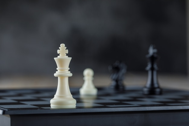 Koncepcja strategii biznesowej z szachownicy z widokiem z boku dane.