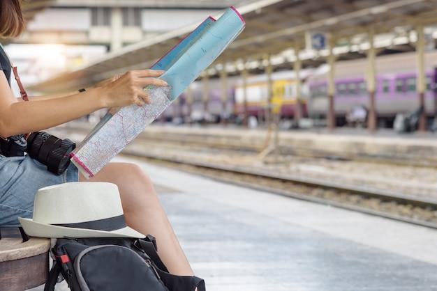 Koncepcja stylu życia podróży lub podróży: młoda kobieta podróżnik wygląd