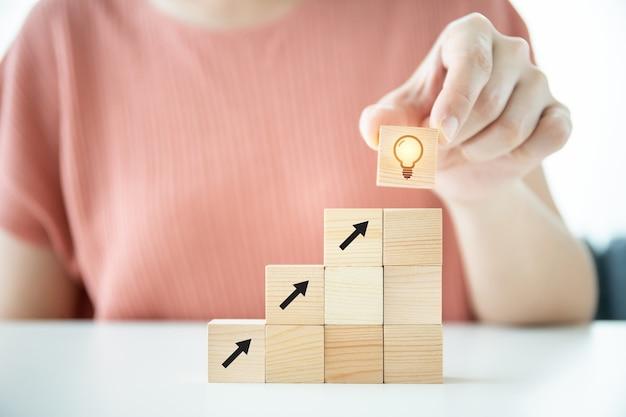 Koncepcja sukcesu w biznesie, drewniane kostki ułożone w przyspieszeniu i pokazane tempo wzrostu biznesu w kwartale.