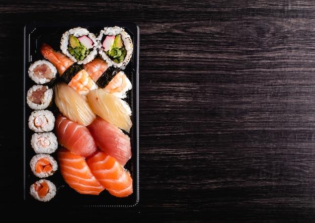 Koncepcja sushi na wynos. pudełko na wynos z sushi