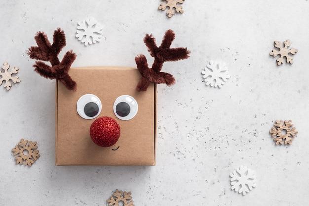 Koncepcja świąt bożego narodzenia. pudełko prezentowe z jeleniem