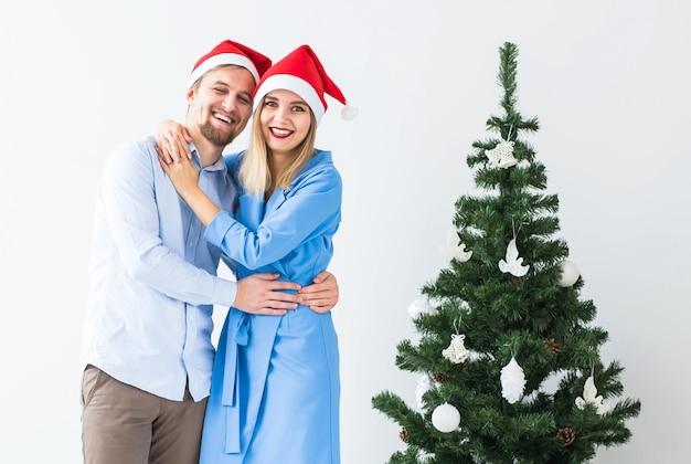 Koncepcja świąt i uroczystości - młoda para świętuje boże narodzenie w domu