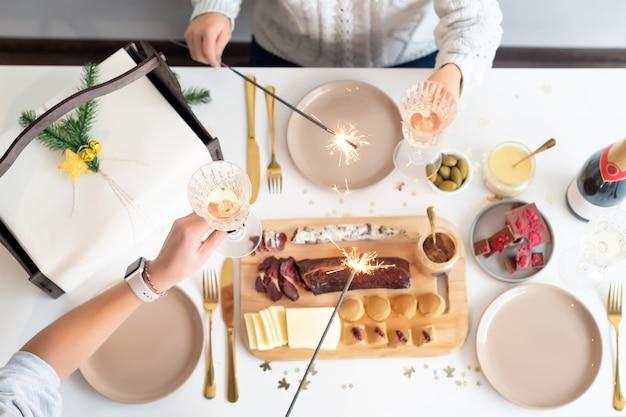 Koncepcja świąteczny rodzinny stół obiadowy. święta bożego narodzenia