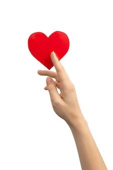 Koncepcja światowego dnia serca i zdrowia. ręka trzyma czerwone serce na białym tle na białym tle. skopiuj zdjęcie miejsca
