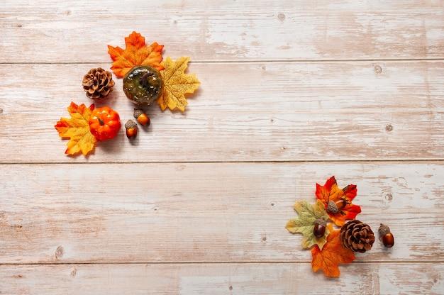 Koncepcja święta dziękczynienia lub halloween mieszkanie leżała jesienna kompozycja z miejscem na kopię