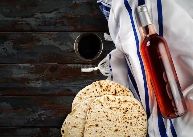 Koncepcja święta paschy z winem i maca na tle rustykalnym, leżał płasko.