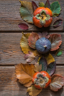 Koncepcja święto dziękczynienia. przytulna kompozycja z owocami i liśćmi