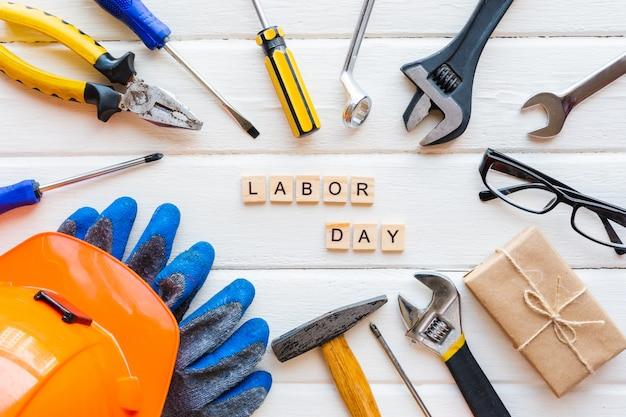 Koncepcja święto pracy usa. różne rodzaje kluczy, przydatne narzędzia, przywieszki.