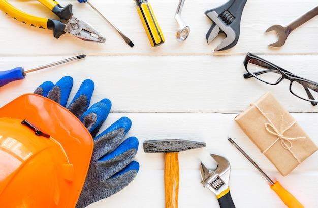 Koncepcja święto pracy usa. różne rodzaje kluczy, przydatne narzędzia, tag na białym tle rustykalnym.