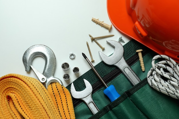 Koncepcja święto pracy z narzędziami budowlanymi na białym tle