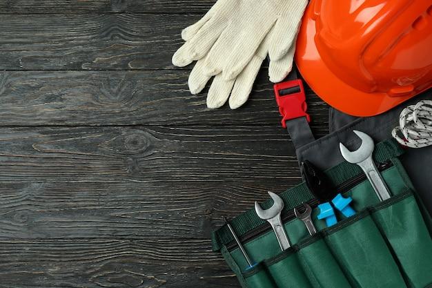 Koncepcja święto pracy z narzędziami budowlanymi na drewnianych