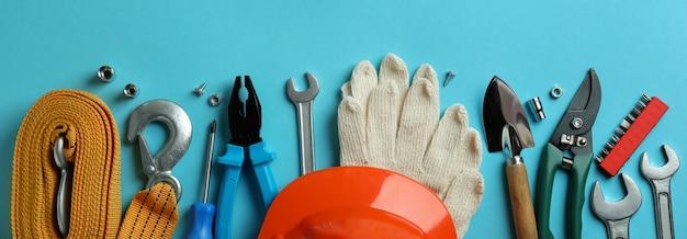Koncepcja święto pracy z różnymi narzędziami na niebiesko