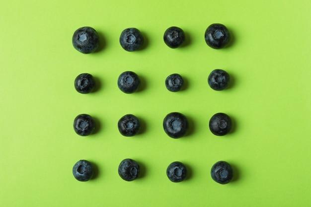 Koncepcja świeżych jagód z jagodami na zielono
