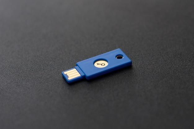 Koncepcja systemu bezpieczeństwa. dysk usb w kształcie klucza na ciemnym tle. temat technologii i bezpieczeństwa danych.