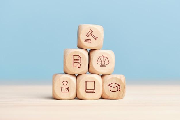 Koncepcja systemu pracy sądu i wymiaru sprawiedliwości na piramidzie z klocków drewnianych.