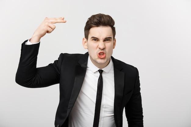 Koncepcja sytuacji biznesowej sfrustrowany biznesmen gniewnie krzyczy na kamerę