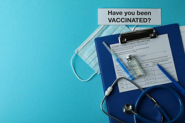 Koncepcja szczepień z tekstem czy zostałeś zaszczepiony na niebieskim tle