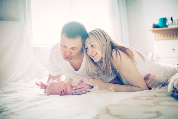 Koncepcja szczęścia rodzinnego szczęśliwych rodziców i noworodka