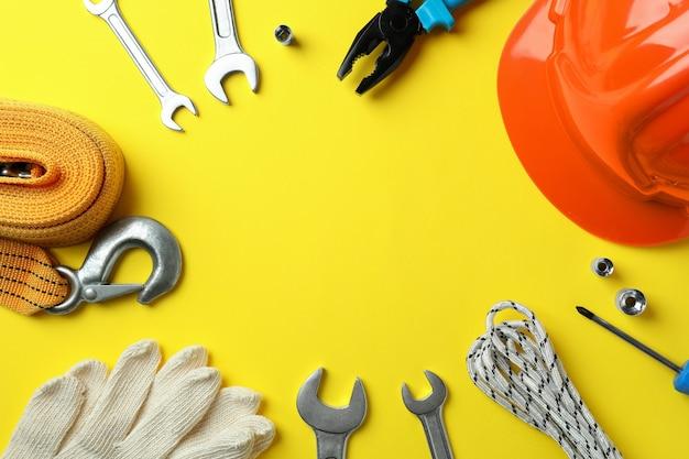 Koncepcja szczęśliwego święta pracy z różnymi akcesoriami na żółto