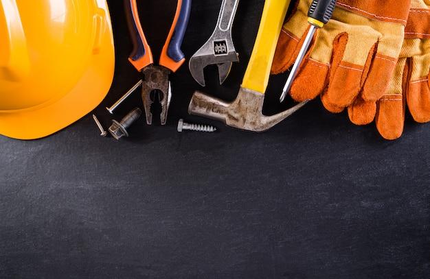 Koncepcja szczęśliwy dzień pracy. różne narzędzia budowlane