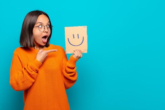 Koncepcja szczęśliwy młoda kobieta łacińskiej