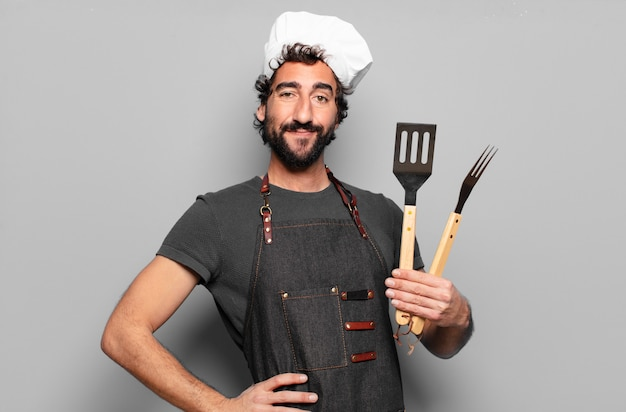 Koncepcja szefa kuchni grilla młody brodaty mężczyzna