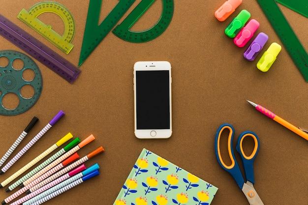 Koncepcja sztuki z smartphone i nożyczki