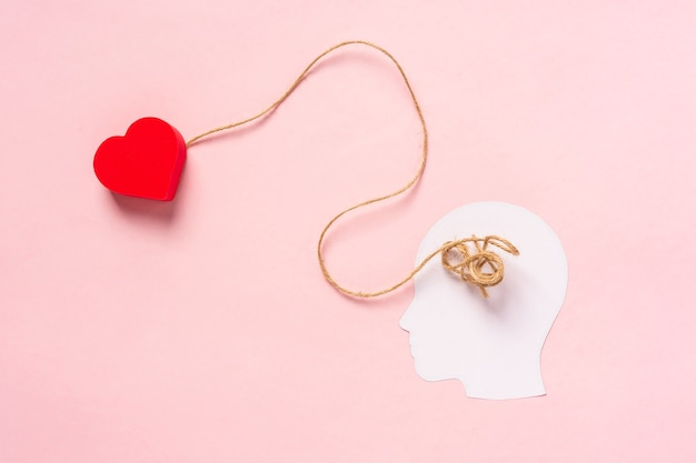 Koncepcja szukania miłości biała papierowa sylwetka głowy ze splątanymi nitkami w środku