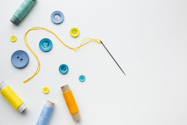 Koncepcja szycia kolorowe guziki ubrania