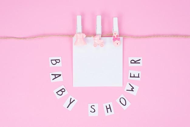 Koncepcja tapety party tematyczne. zdjęcie całkiem słodkie słodkie tło z akcesoriami baby shower na białym tle pastelowy kolor tła
