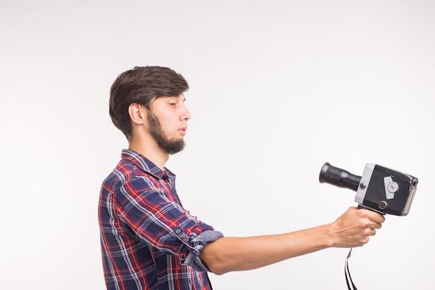 Koncepcja technologii, fotografii i ludzi - zabawny mężczyzna w koszuli w kratę, biorąc selfie na białej powierzchni