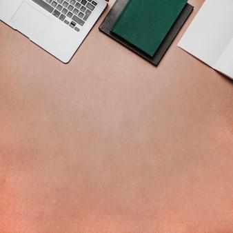 Koncepcja technologii i biurka z miejsca poniżej