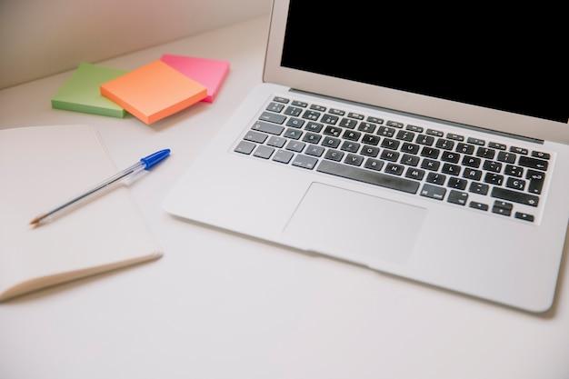 Koncepcja technologii i biurka z