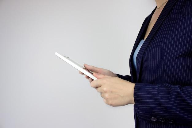 Koncepcja technologii informacyjnej. cyfrowy tablet w rękach kobiety biznesu. ręce trzymając tablet dotykowy komputer. koncepcja technologii sieci bezprzewodowej i połączenia.