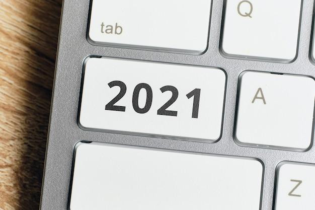 Koncepcja technologii internetowych w nowym roku. 2021 na klawiaturze.