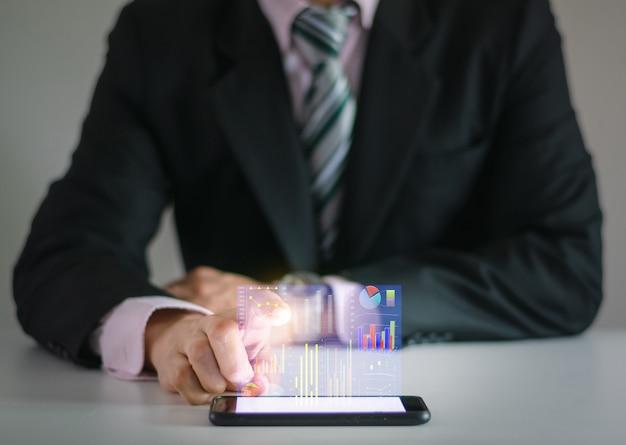 Koncepcja technologii ludzi biznesu analizuje wykresy w organizacji