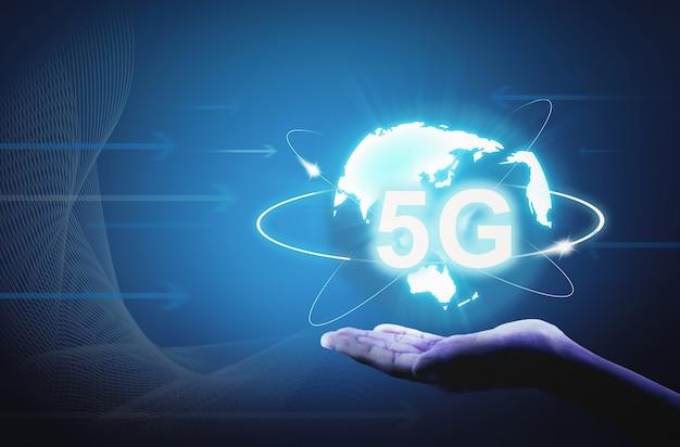 Koncepcja technologii połączeń internetowych 5g pod ręką. - wizerunek