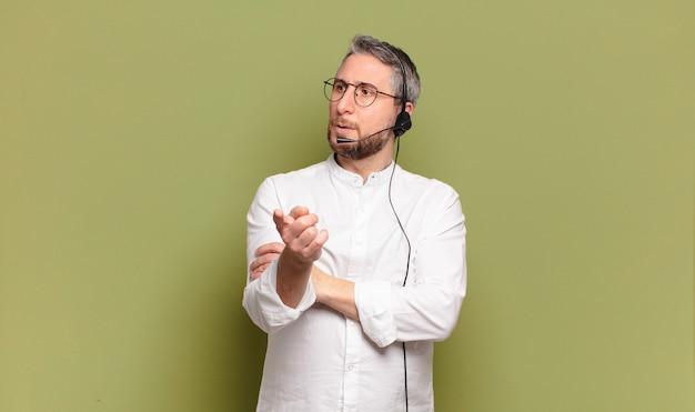 Koncepcja telemarketera mężczyzny w średnim wieku