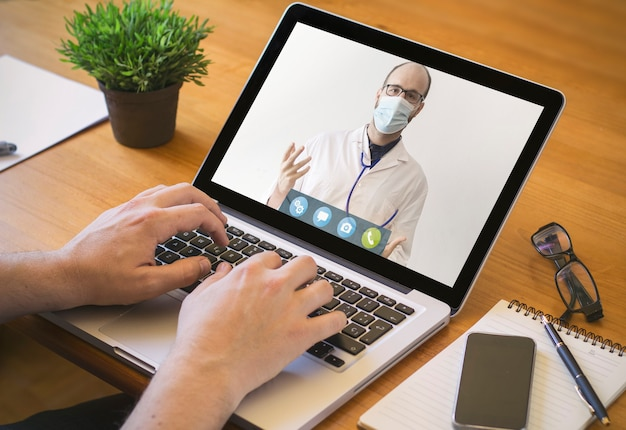 Koncepcja telemedycyny. lekarz prowadzący przez wideokonferencję.