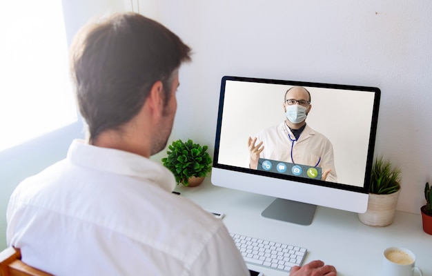 Koncepcja telemedycyny lub telezdrowia, konsultacje pacjenta poprzez wideokonferencję