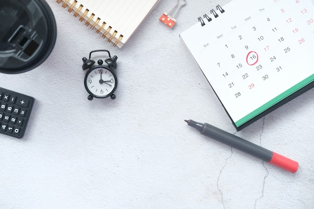 Koncepcja terminu z pinezką na datę w kalendarzu z bliska