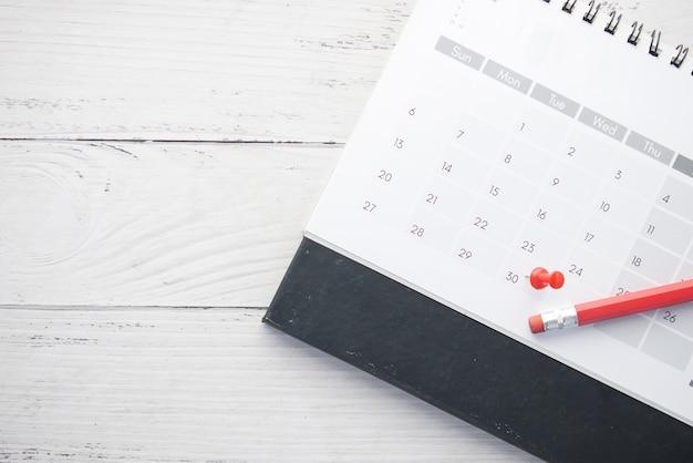 Koncepcja terminu z pinezką w dniu kalendarzowym