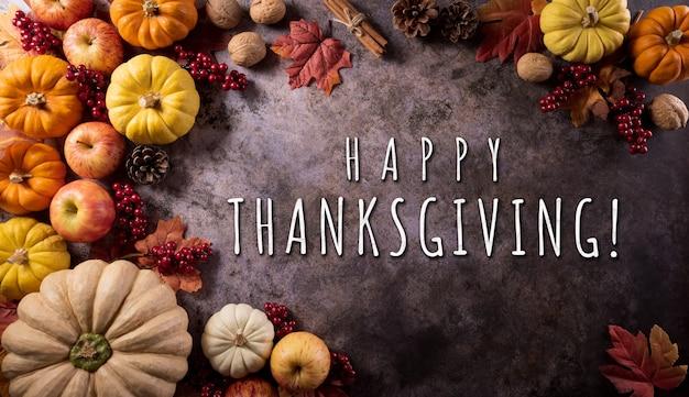 Koncepcja tła dziękczynienia z dyniowymi liśćmi jesieni i sezonowym jesiennym wystrojem